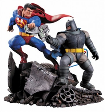 17788 - DARK KNIGHT RETURNS - SUPERMAN VS BATMAN STATUA