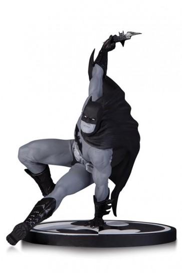 BATMAN B/W - BATMAN BY BRYAN HITCH STATUA